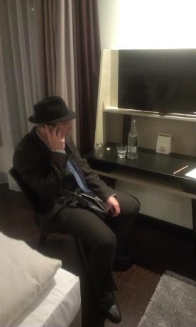 Im Hotel, anlässlich des Fernsehauftritts einer Freundin